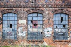 Ventanas viejas de la fábrica Foto de archivo
