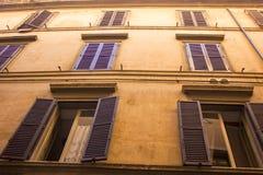 Ventanas viejas del edificio Edificio romano Foto de archivo libre de regalías