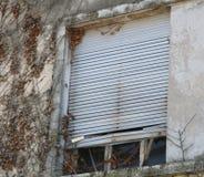 Ventanas viejas en casa quebrada Fotografía de archivo libre de regalías