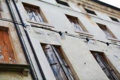 Ventanas viejas, en Castelfranco Véneto, en Italia Imágenes de archivo libres de regalías