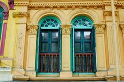 Ventanas viejas en la casa antigua en Georgetown, Malasia Foto de archivo