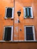 Ventanas viejas en Roma, Italia Imagenes de archivo