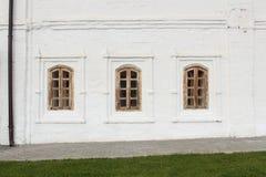 Ventanas viejas en una pared blanca Foto de archivo
