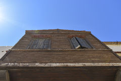 Ventanas viejas en una pared de madera Visión inferior Foto de archivo libre de regalías