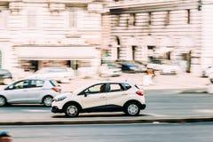 Ventanas viejas hermosas en Roma (Italia) Calle blanca de Renault Captur Car Moving At del color imagen de archivo