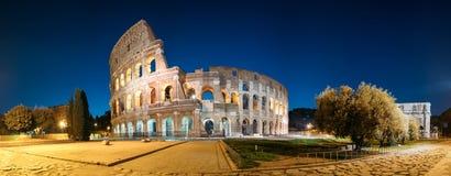 Ventanas viejas hermosas en Roma (Italia) Colosseum también conocido como noche de Flavian Amphitheatre In Evening Or imagen de archivo libre de regalías