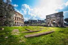 Ventanas viejas hermosas en Roma (Italia) Colosseum y el arco de Constantina Foto de archivo libre de regalías