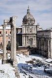 Ventanas viejas hermosas en Roma (Italia) 26 de febrero de 2018 Roman Forum después de la nieve rara en la capital italiana Foto de archivo libre de regalías