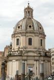 Ventanas viejas hermosas en Roma (Italia) La iglesia del nombre más santo de Maria en el foro de Trajan Imagen de archivo libre de regalías