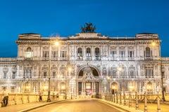 Ventanas viejas hermosas en Roma (Italia) Palacio de la justicia imagen de archivo