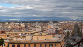 Ventanas viejas hermosas en Roma (Italia) Panorama de la vieja parte de la ciudad almacen de video