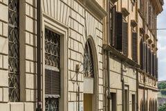 Ventanas viejas hermosas en Roma (Italia) Parte de la fachada del edificio viejo con el archite Foto de archivo libre de regalías