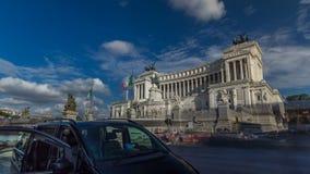 Ventanas viejas hermosas en Roma (Italia) Vittoriano famoso con la estatua ecuestre gigantesca del hyperlapse del timelapse de re almacen de metraje de vídeo