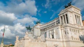 Ventanas viejas hermosas en Roma (Italia) Vittoriano famoso con la estatua ecuestre gigantesca del timelapse de rey Vittorio Eman almacen de metraje de vídeo