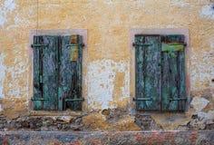 Ventanas viejas oxidadas Fotografía de archivo