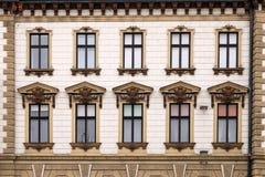 Ventanas viejas Pecs del edificio Imagen de archivo libre de regalías