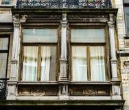 Ventanas viejas pero renovadas en la parte histórica de Bruselas Foto de archivo libre de regalías