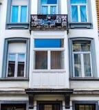 Ventanas viejas pero renovadas en la parte histórica de Bruselas Imágenes de archivo libres de regalías