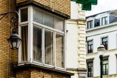 Ventanas viejas pero renovadas en la parte histórica de Bruselas Fotografía de archivo libre de regalías
