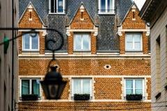 Ventanas viejas pero renovadas en la parte histórica de Bruselas Fotos de archivo