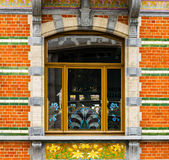 Ventanas viejas pero renovadas en la parte histórica de Bruselas Imagen de archivo