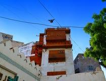 Ventanas viejas que pasan por alto sobre la yarda histórica de Jedda Foto de archivo