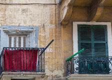 Ventanas y balcones viejos en Malta Imagen de archivo libre de regalías