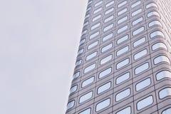 Ventanas y cielo del ` s del edificio Imagen de archivo