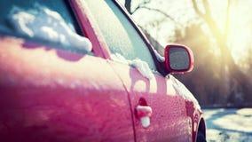 Ventanilla del coche congelada, coche parqueado afuera, transporte del invierno Fotos de archivo
