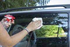 Ventanilla del coche de la limpieza en mañana soleada imágenes de archivo libres de regalías