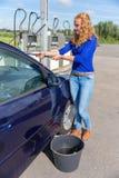 Ventanilla del coche que se lava de la mujer holandesa joven Imágenes de archivo libres de regalías