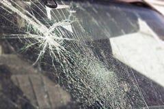 Ventanilla del coche quebrada, un accidente en el camino Movimiento seguro fotos de archivo
