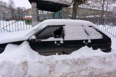 Ventanilla del coche rota por un ladrón fotografía de archivo