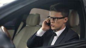 Ventanilla del coche del teléfono del hombre de negocios que lanza hacia fuera después de la llamada telefónica, malas noticias almacen de metraje de vídeo