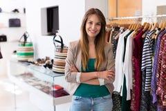 Ventas auxiliares en almacén de ropa imagen de archivo libre de regalías