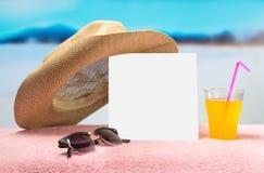 Ventas del verano o plantilla de la bandera de la oferta Documento de casilla blanca sobre la toalla con las gafas de sol, el cóc Imagen de archivo libre de regalías