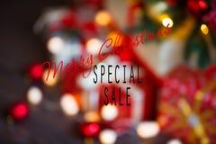 Ventas el días de fiesta de la Navidad y del Año Nuevo Decoración festiva borrosa con la inscripción informativa del descuento pa Fotos de archivo libres de regalías
