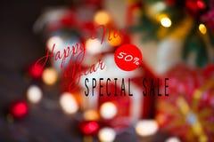 Ventas el días de fiesta de la Navidad y del Año Nuevo Decoración festiva borrosa con la inscripción informativa del descuento de Foto de archivo