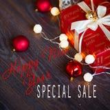 Ventas el días de fiesta de la Navidad y del Año Nuevo Decoración festiva con la inscripción informativa del descuento para los e Fotos de archivo libres de regalías
