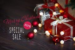 Ventas el días de fiesta de la Navidad y del Año Nuevo Decoración festiva con la inscripción informativa del descuento del 50 por Imagen de archivo