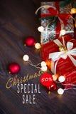 Ventas el días de fiesta de la Navidad y del Año Nuevo Decoración festiva con la inscripción informativa del descuento del 50 por Foto de archivo