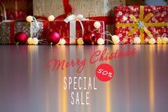 Ventas el días de fiesta de la Navidad y del Año Nuevo Decoración festiva con la inscripción informativa del descuento del 50 por Foto de archivo libre de regalías
