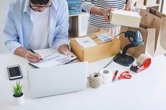 Ventas en línea del envío, pequeña empresa o servicio de entrega del dueño del empresario de la PME y caja de embalaje de trabajo fotos de archivo libres de regalías