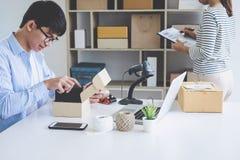 Ventas en línea del envío, pequeña empresa o servicio de entrega del dueño del empresario de la PME y caja de embalaje de trabajo imágenes de archivo libres de regalías