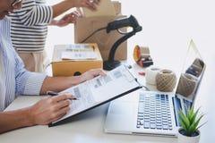 Ventas en línea del envío, pequeña empresa o servicio de entrega del dueño del empresario de la PME y caja de embalaje de trabajo foto de archivo libre de regalías