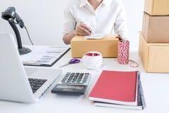 Ventas en l?nea del env?o, peque?a empresa o servicio de entrega del due?o del empresario de la PME y caja de embalaje de trabajo fotos de archivo