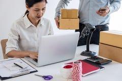 Ventas en l?nea del env?o, peque?a empresa o servicio de entrega del due?o del empresario de la PME y caja de embalaje de trabajo foto de archivo