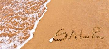 Vente écrite dessinée sur le sable Photographie stock