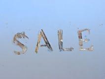 vente écrite sur la fenêtre givrée d'hiver Photo stock