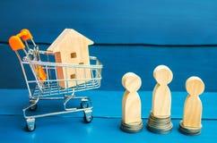 Vente aux enchères, immobiliers de vente publique Maison en bois, chariot à supermarché, les gens Achetant, vendant et louant une Photo stock